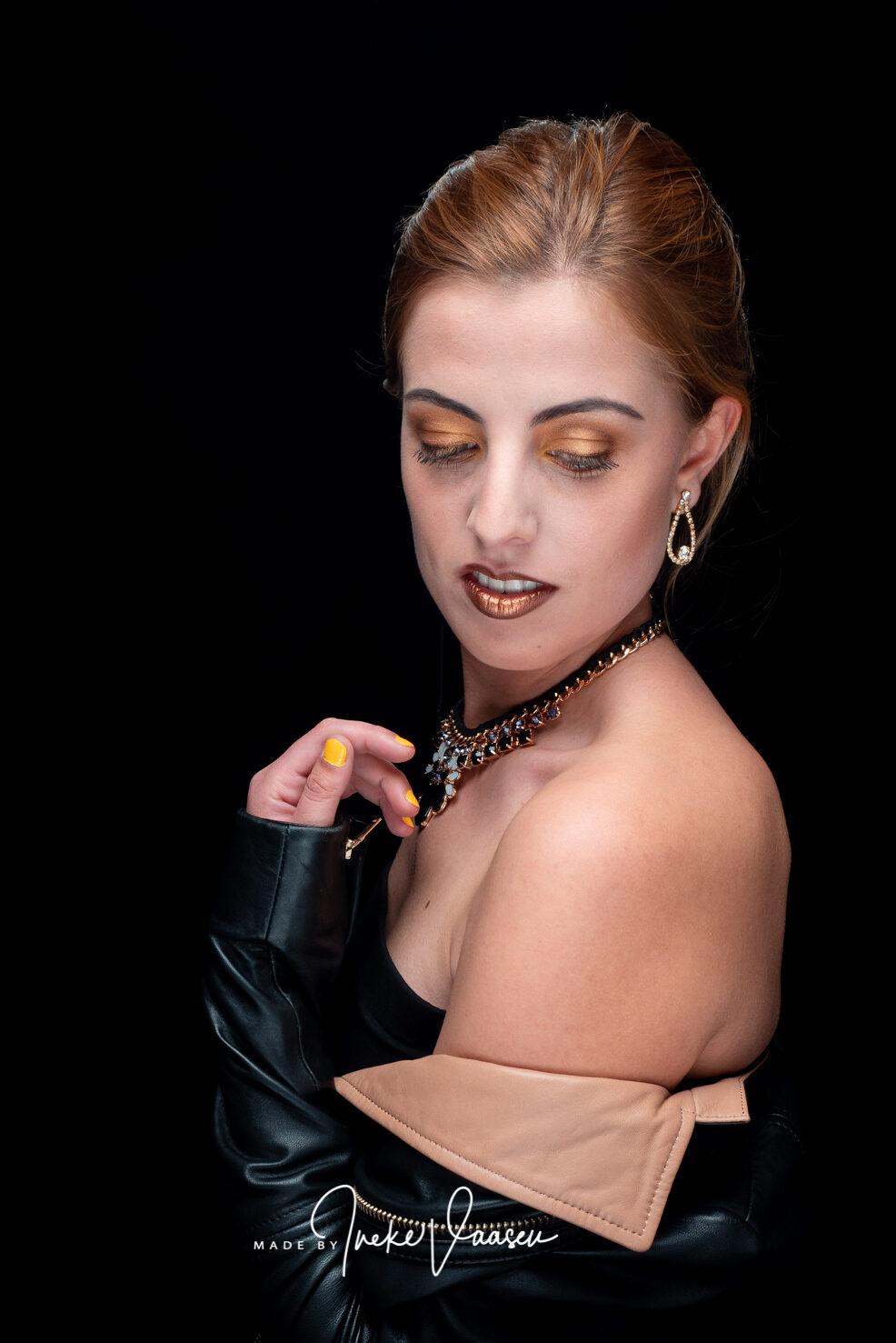 Model Veronica in de studio in Horta, Spanje