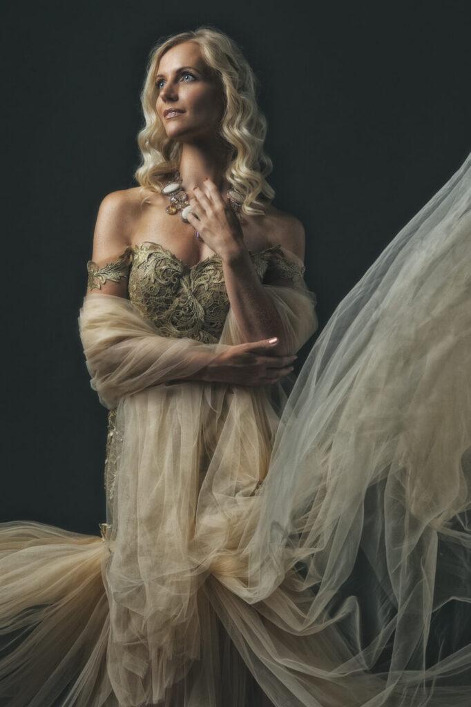 Model Eefje in gouden jurk met Rembrandtlicht