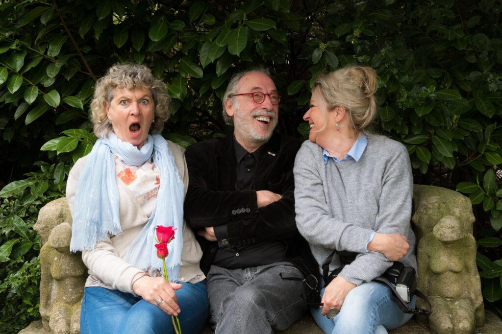 Met Leo Janssen op een bankje voor de fotoserie Markante Laarders