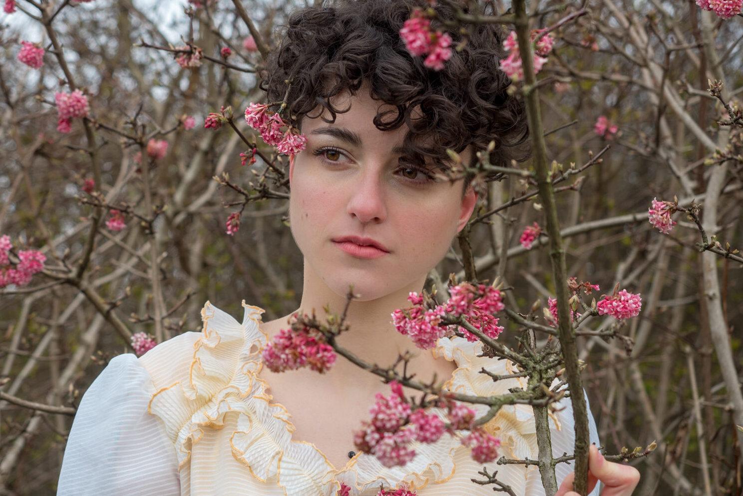 Model Clare met bloesem