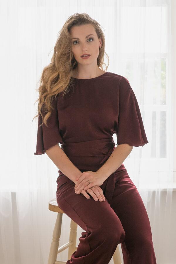 Model Marleen, met natuurlijk licht gefotografeerd in de studio met een lichte achtergrond