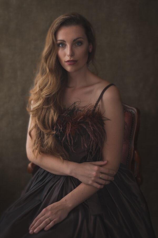 Model Marleen, met natuurlijk licht gefotografeerd met een donkere achtergrond in de studio