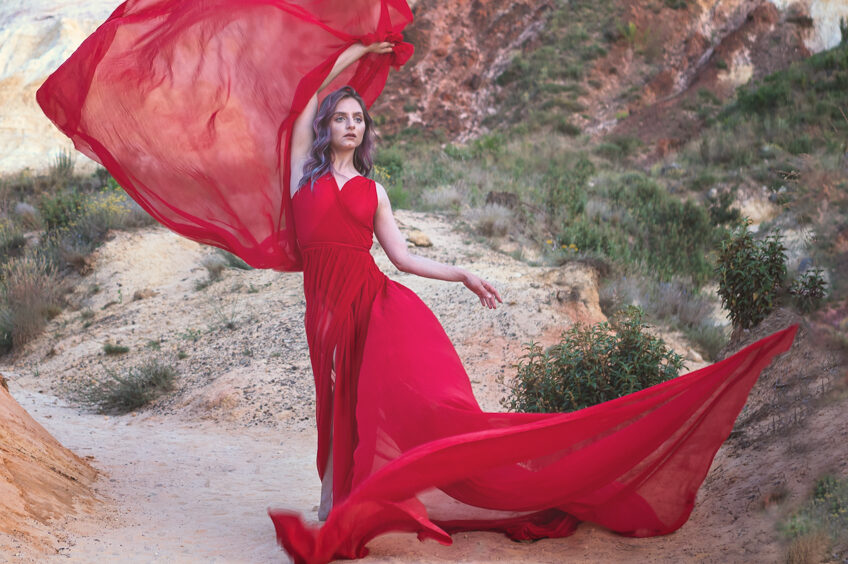 Model Anna met wapperende rode jurk in Franse Canyon