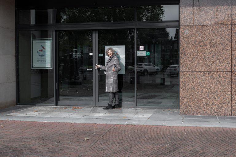 Ineke Vaasen krijgt de sleutel van voormalige Rabobank in Laren voor ateliers en exposities
