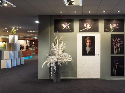 Foto expositie van Ineke Vaasen tijdens de expositie Door de bank genomen - kunstwerk in uitvoering in Laren NH