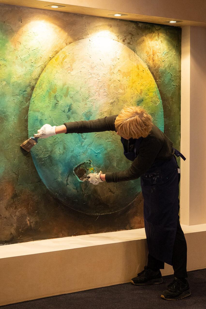 """Karen bij haar muurschildering op de """"Door de bank Laren"""" expositie"""